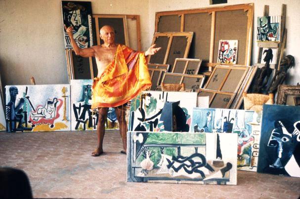 Пабло Пикассо в своей мастерской