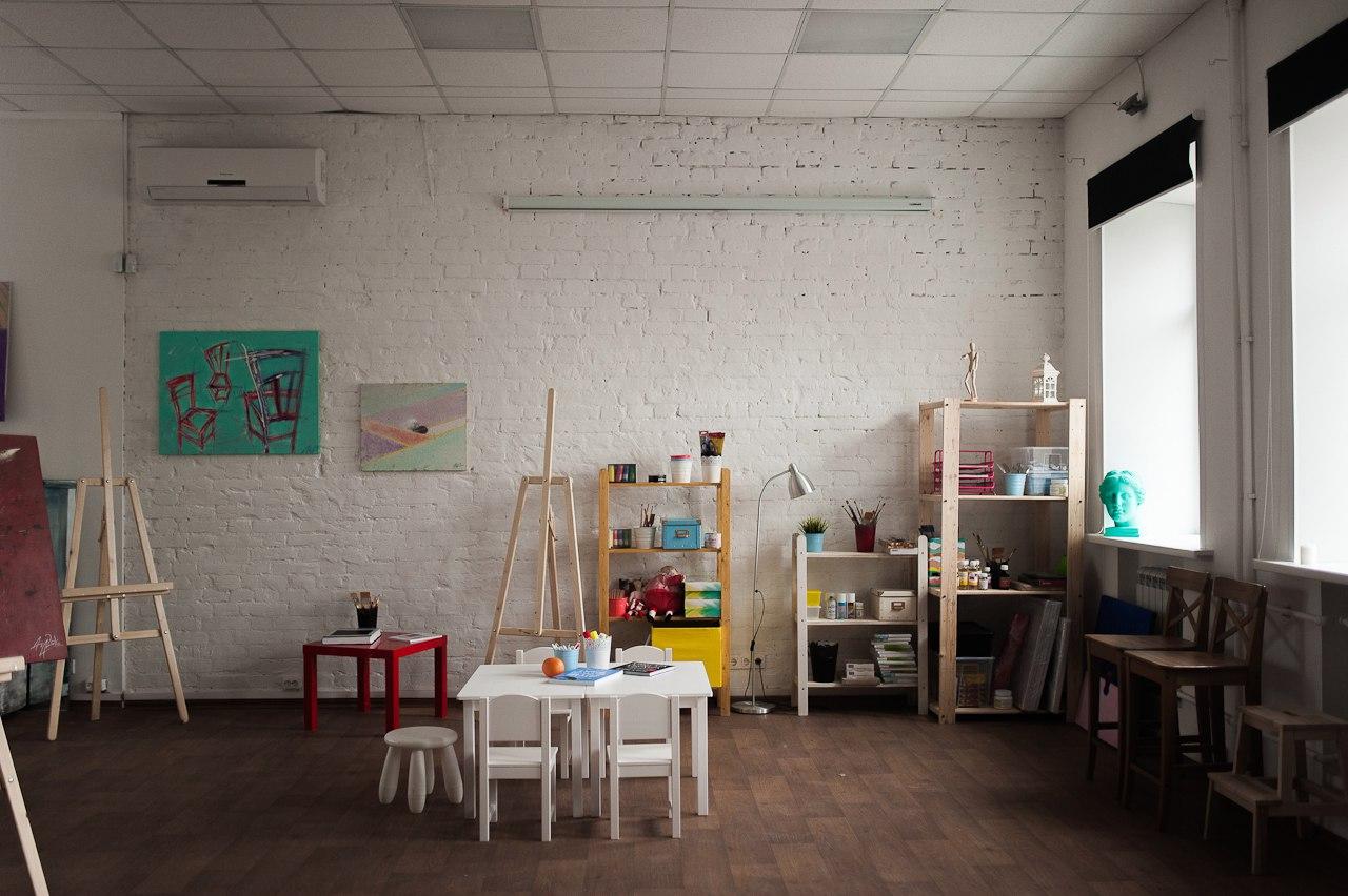 Настроение в арт-студии создают яркие детали