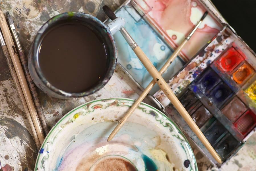 Акварелью, по словам художника, удобней всего работать на полу (фото Сергея Березы)