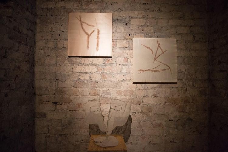Евгения Ножкина для выставки экспериментировала с формой гобеленов и ткани