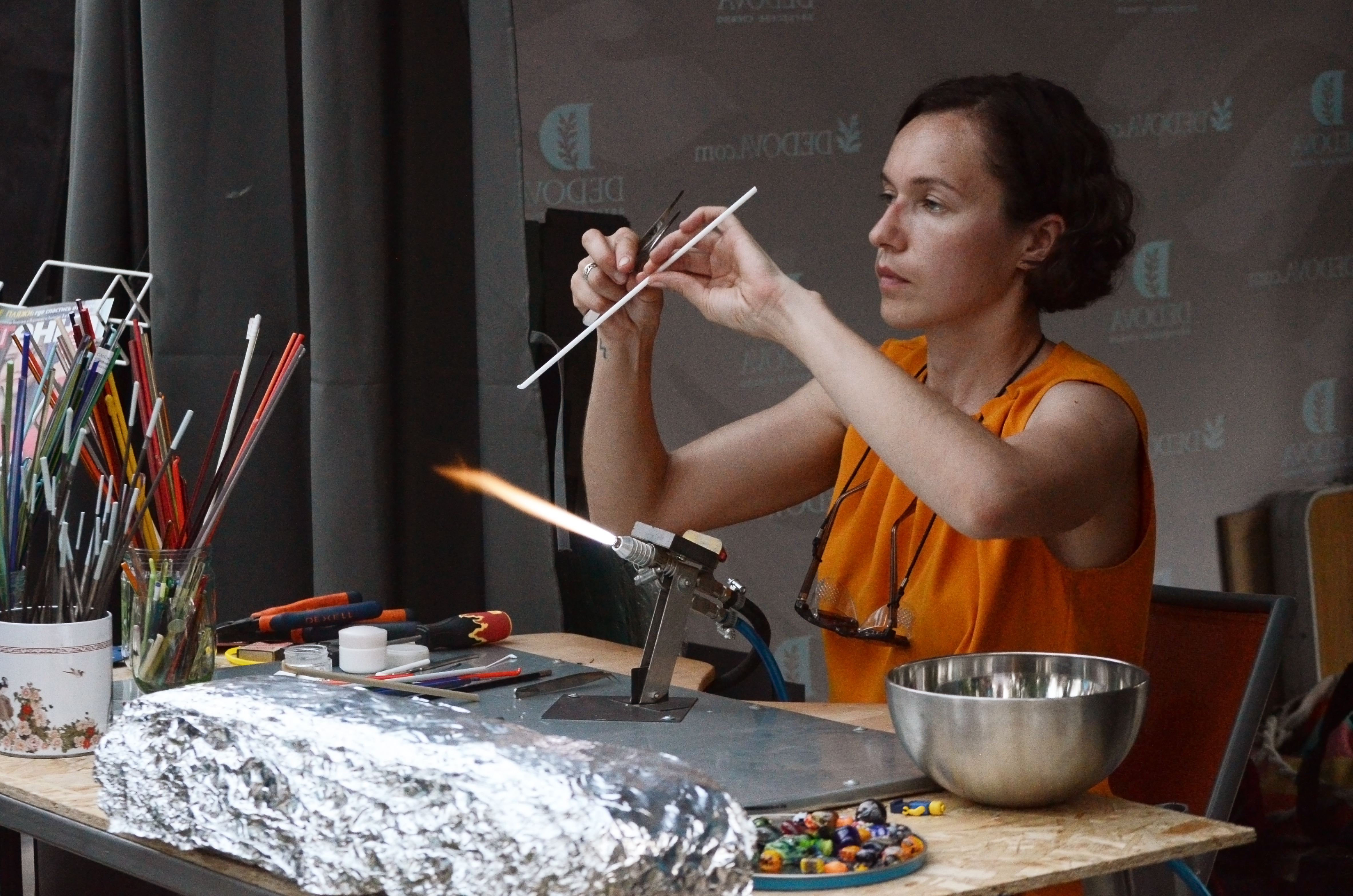 Людмила Дедова за процессом создания бусин из стекла (фото Марина Демченко)