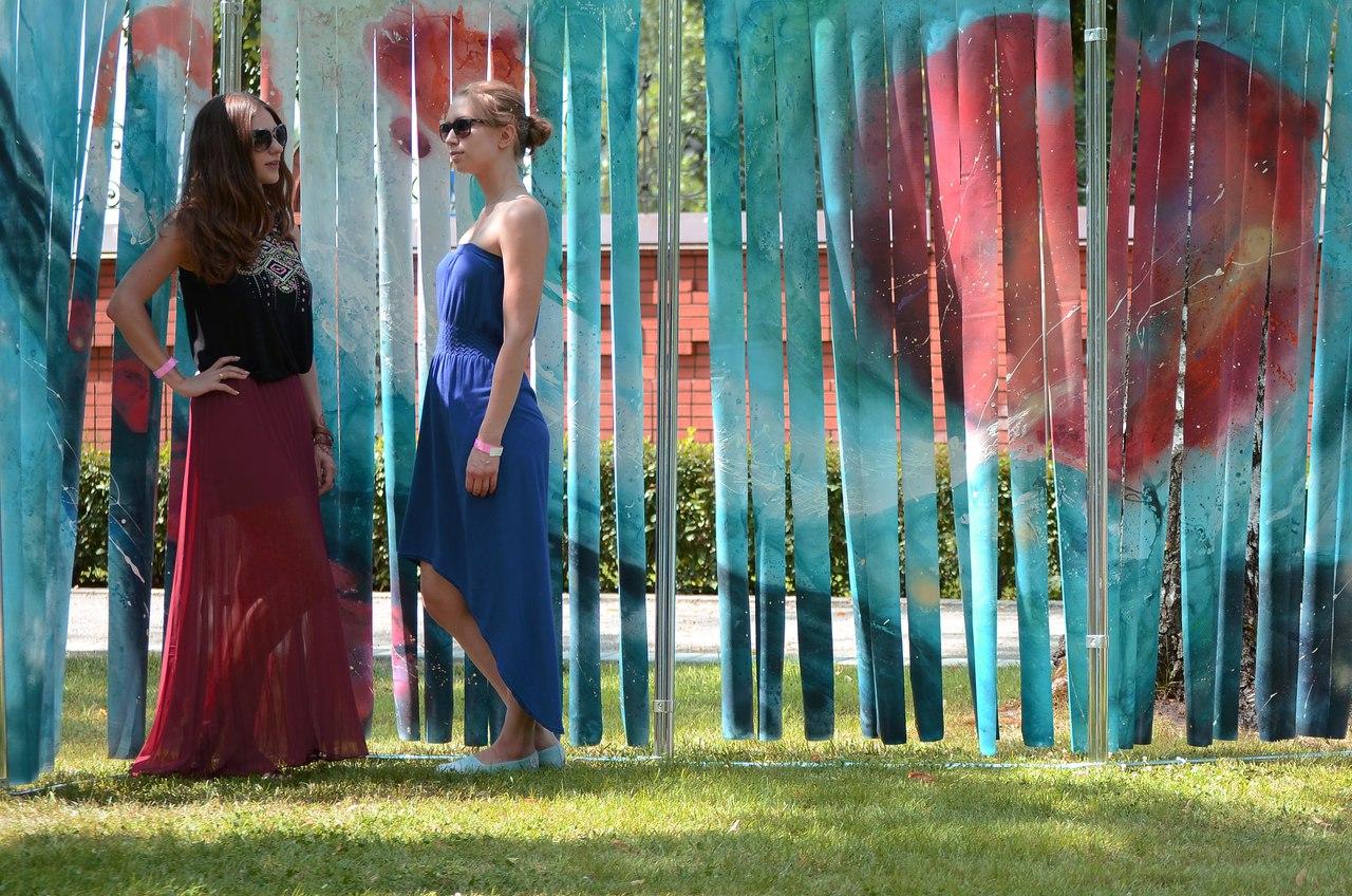 Марина Демченко и Алина Закурдаева рядом со своей работой