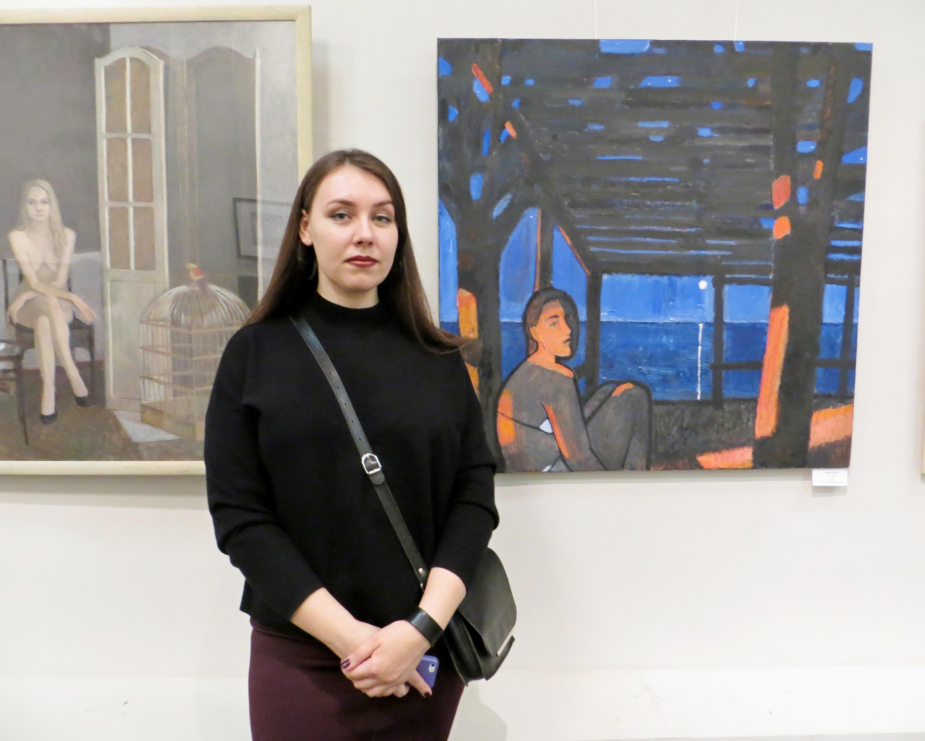 """Алиса Эмке и ее картина""""17"""" (справа)"""