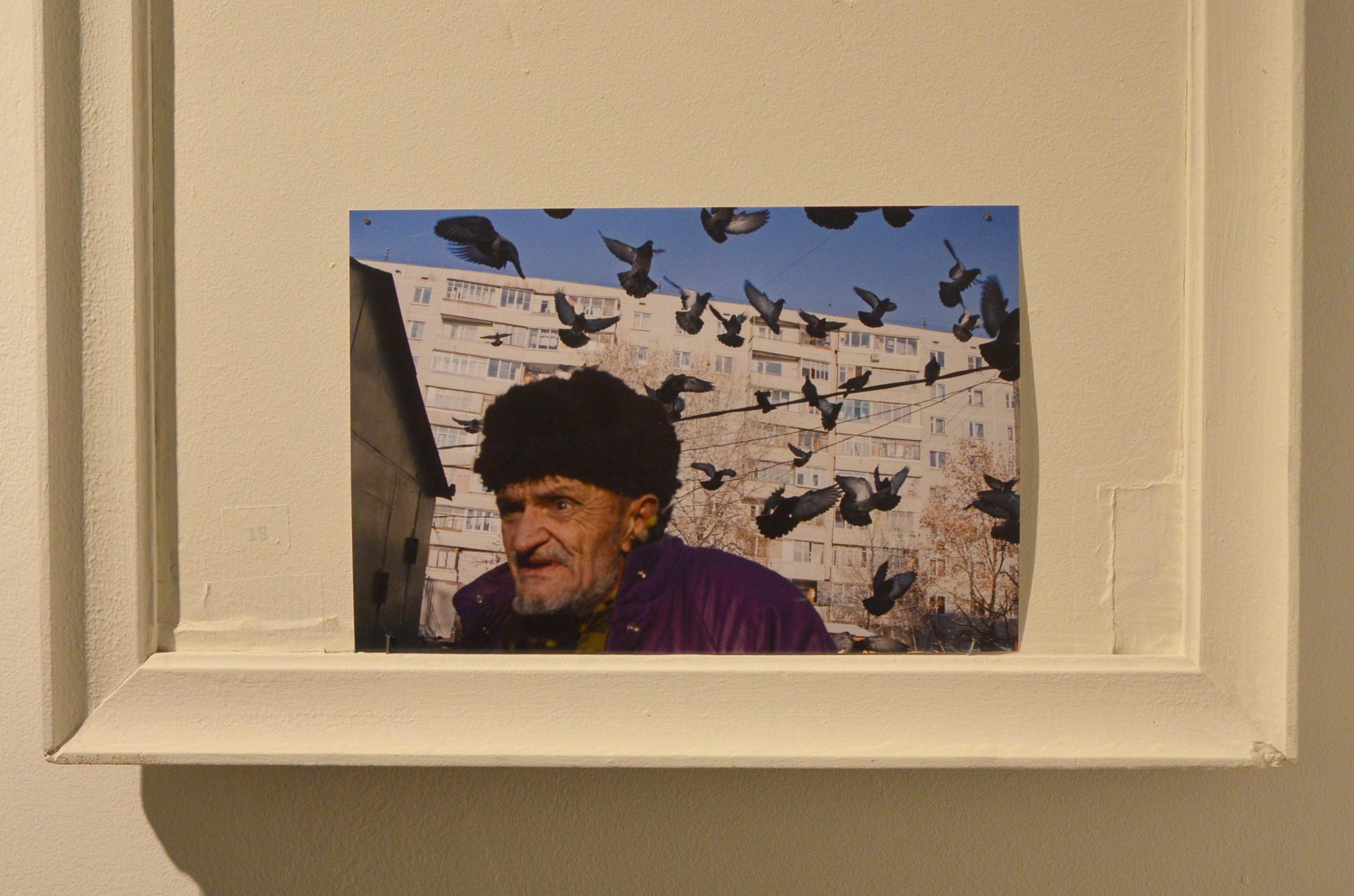 Помимо работ Валерия Исаянца на выставке есть фото самого художника