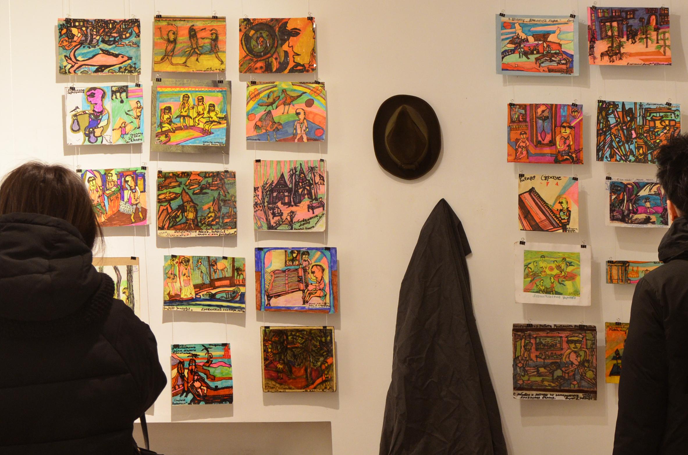 Свои работы Валерий Исаянц делает на небольших картонках или листах бумаги