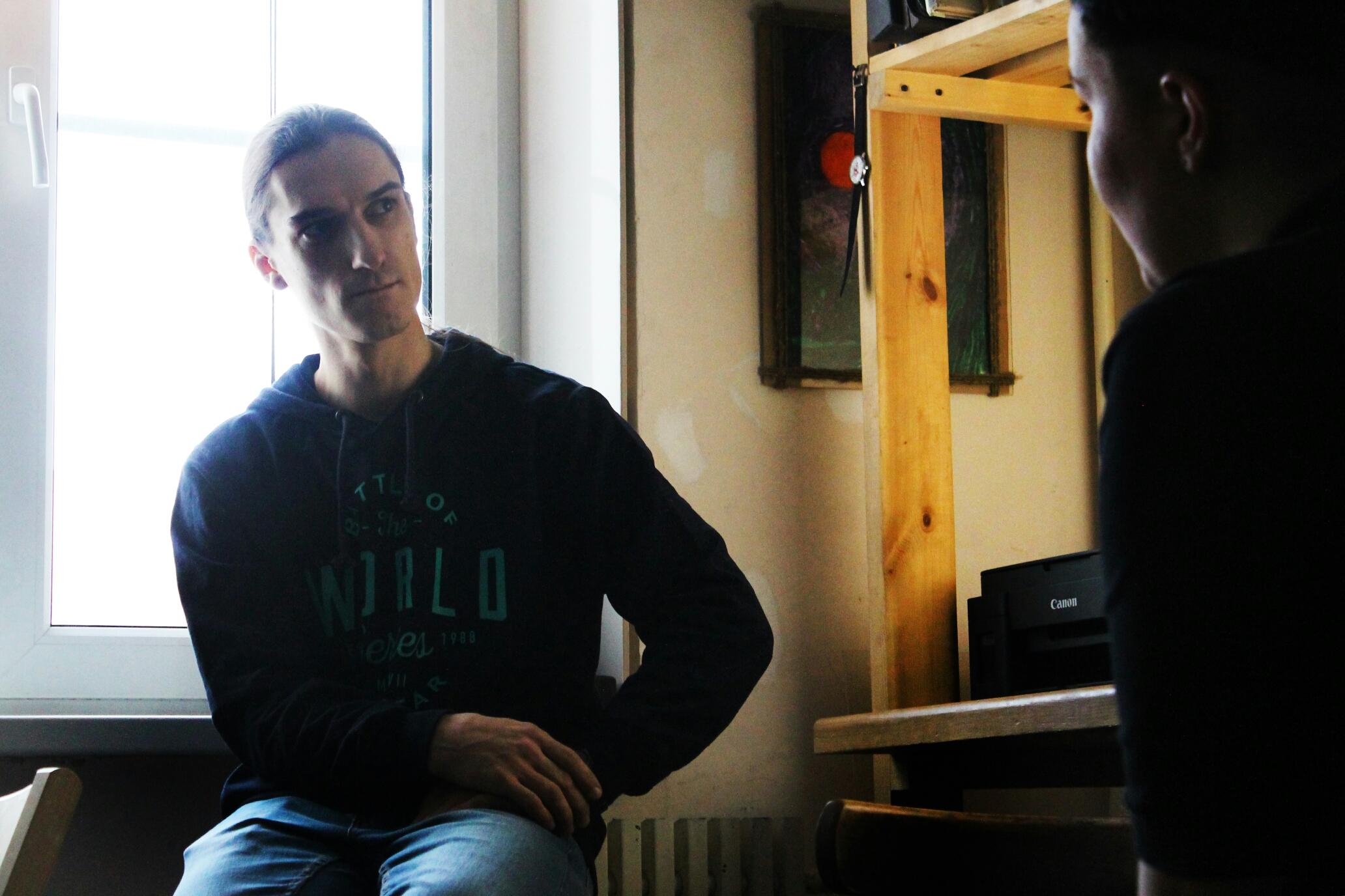 Игорь Щербаков в своей мастерской