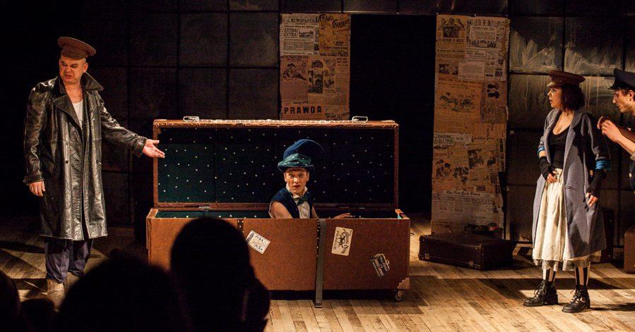 Чемодан-сундук, сделанный специально для спектакля