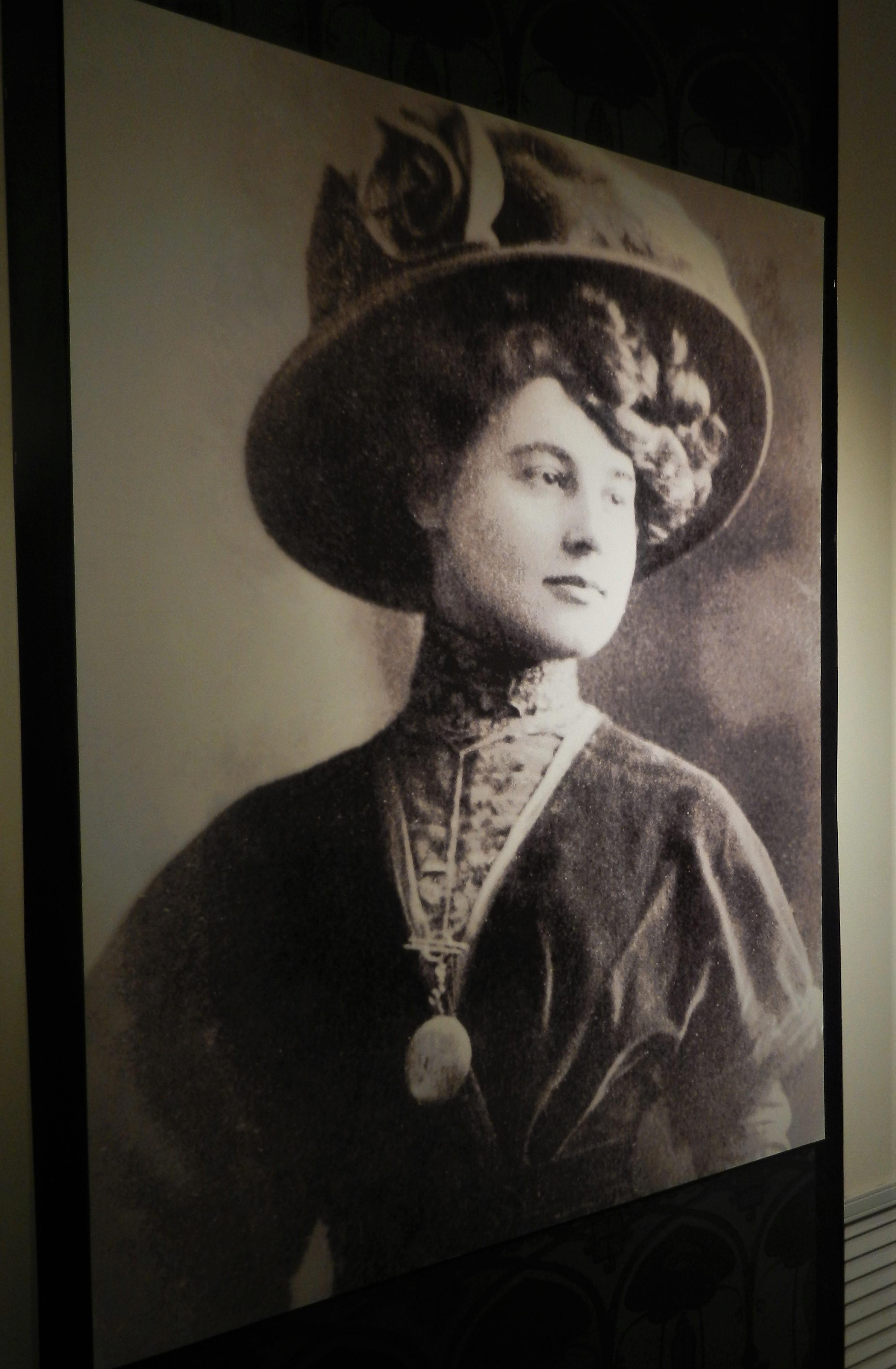 Помимо живописи и графики в экспозиции представлены фото художницы и ее семьи и биографические материалы