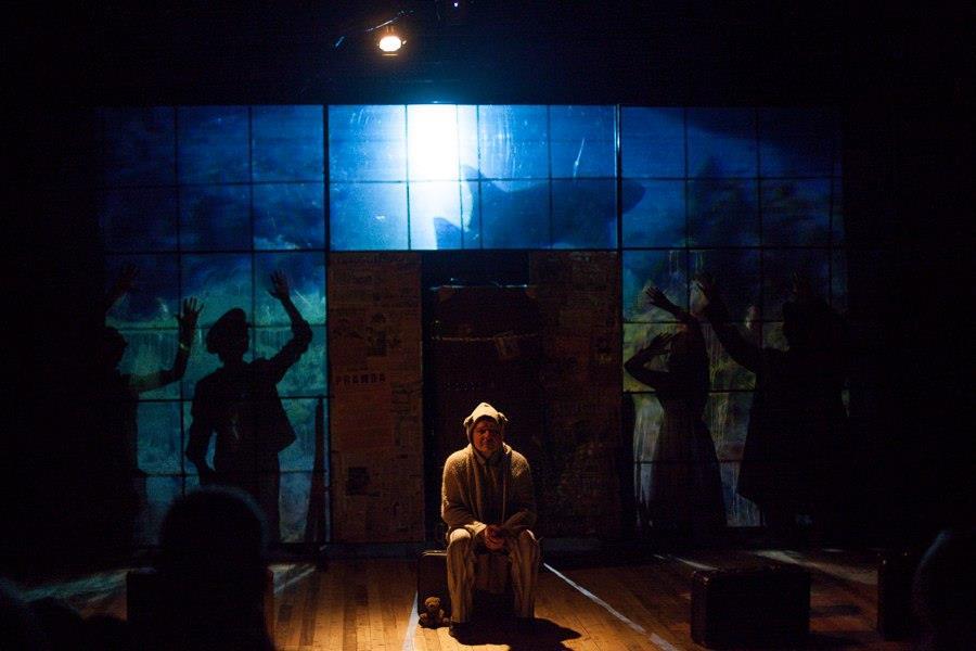 """Главный элементом декораций спектакля """"Оркестр Титаник"""" стала полупрозрачная стена"""