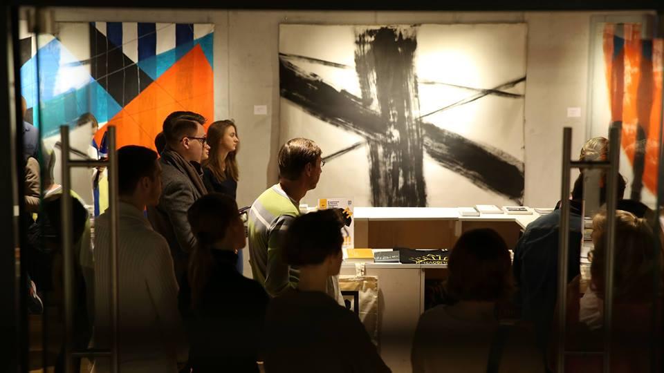 """На входе посетителей галереи встречает работа Голицыной """"Препятствие"""""""