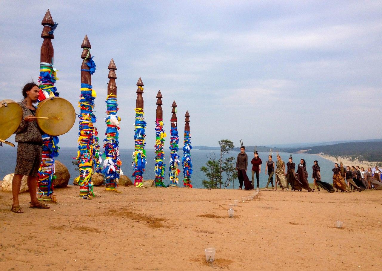 Показ коллекции на этно-фестивале на берегу Байкала