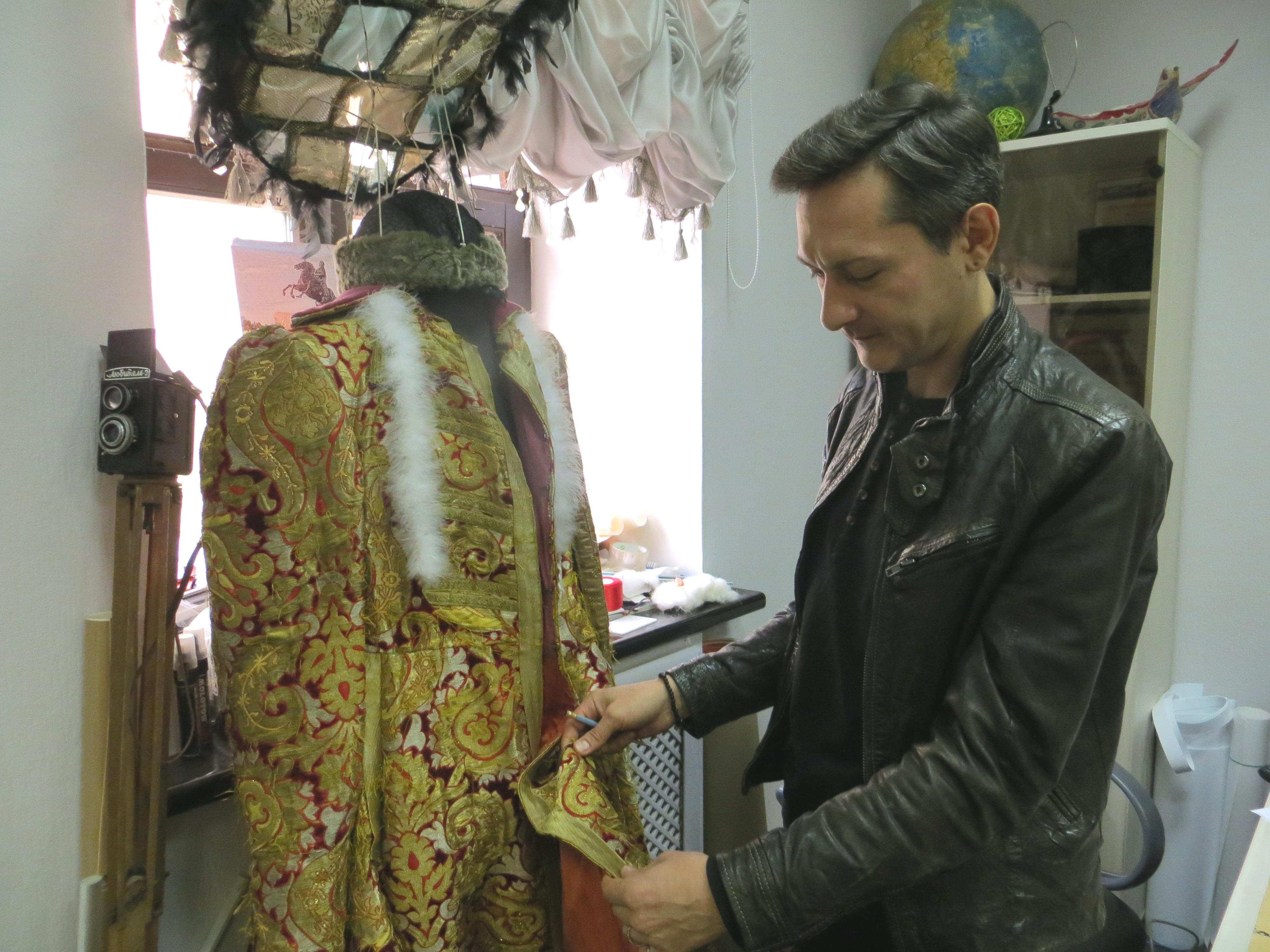 Этот театральный костюм прошлого века художник используют для изучения техники золотого шитья