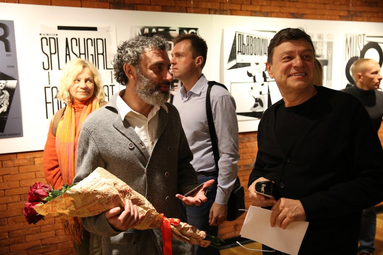 Игорь Гурович (слева) на открытии выставки в Камерном театре