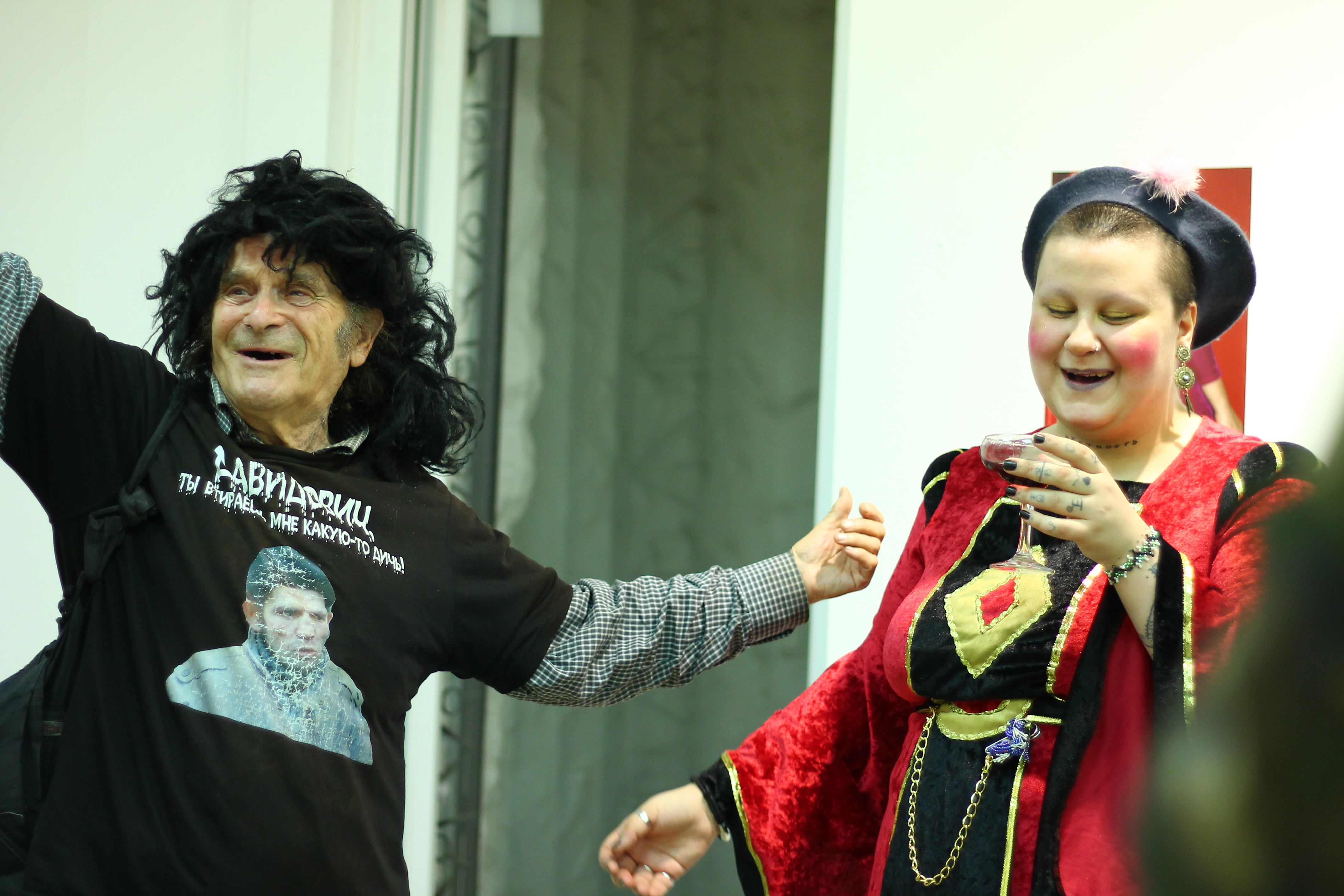 Аркадий Давидович и Полина Музыка разыгрывают свадьбу на открытии выставки