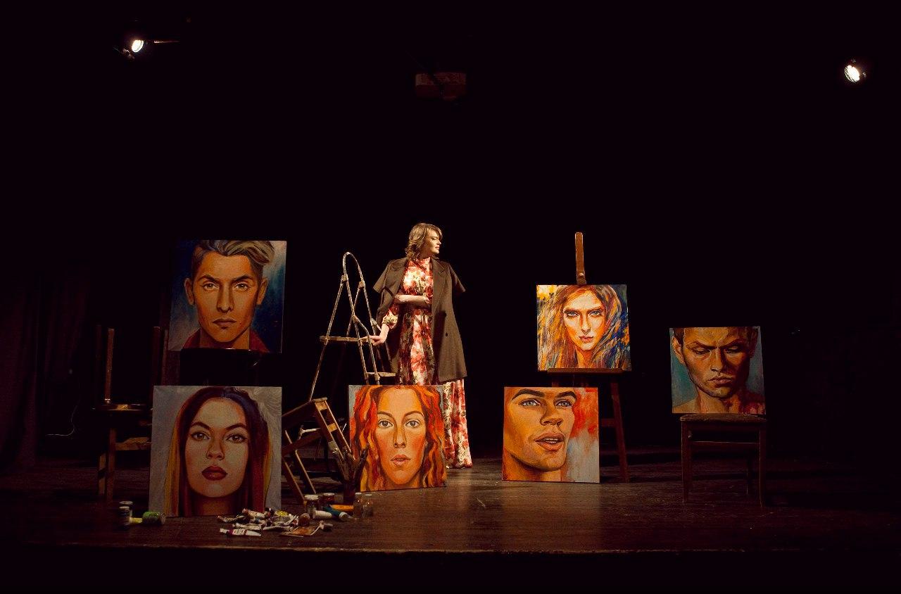 Даша Щелочилина со своими работами (фото Никита Никаташенко)