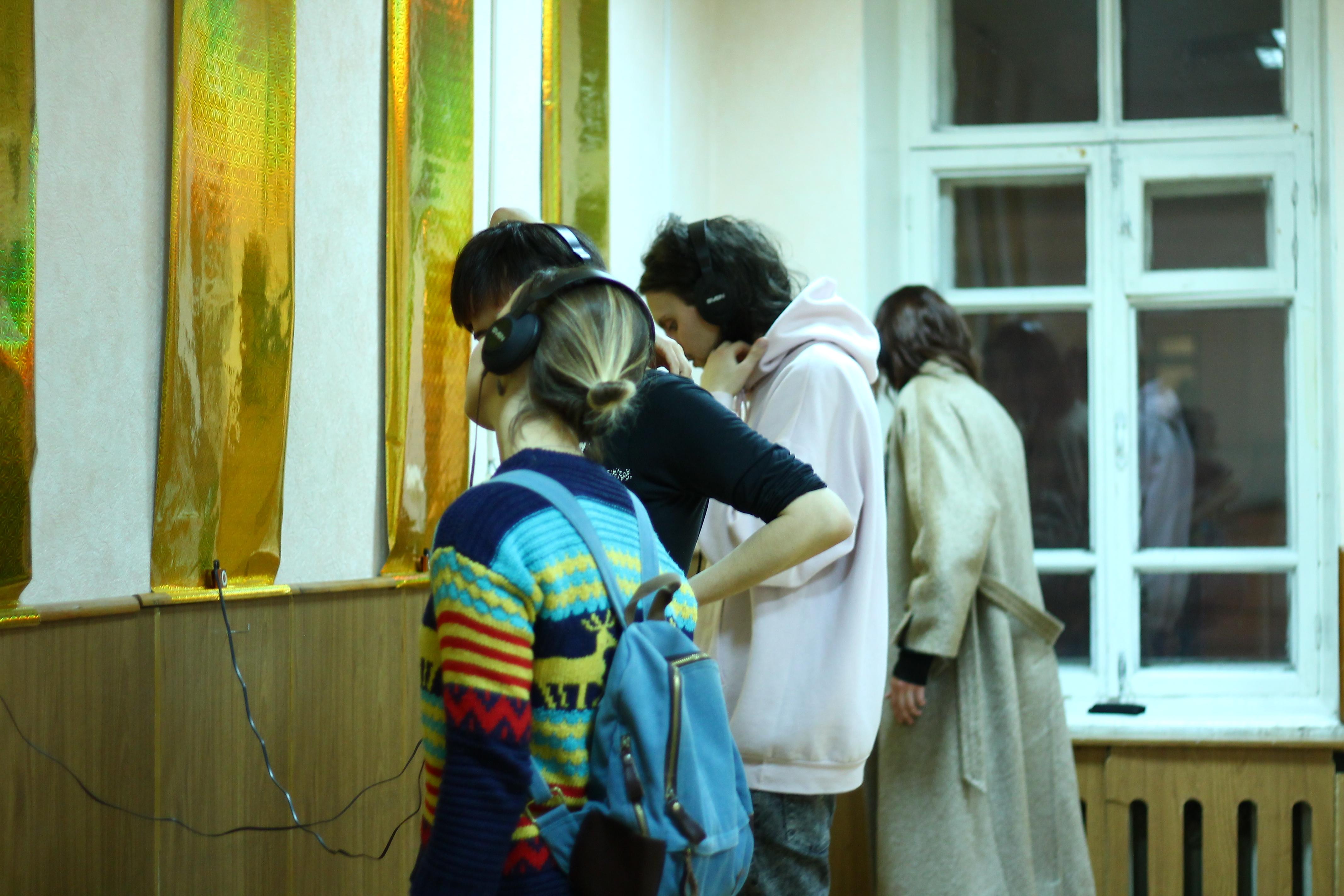 Первые посетители изучают работу Татьяны Данилевской об институционализации воронежского арт-данс-баттла