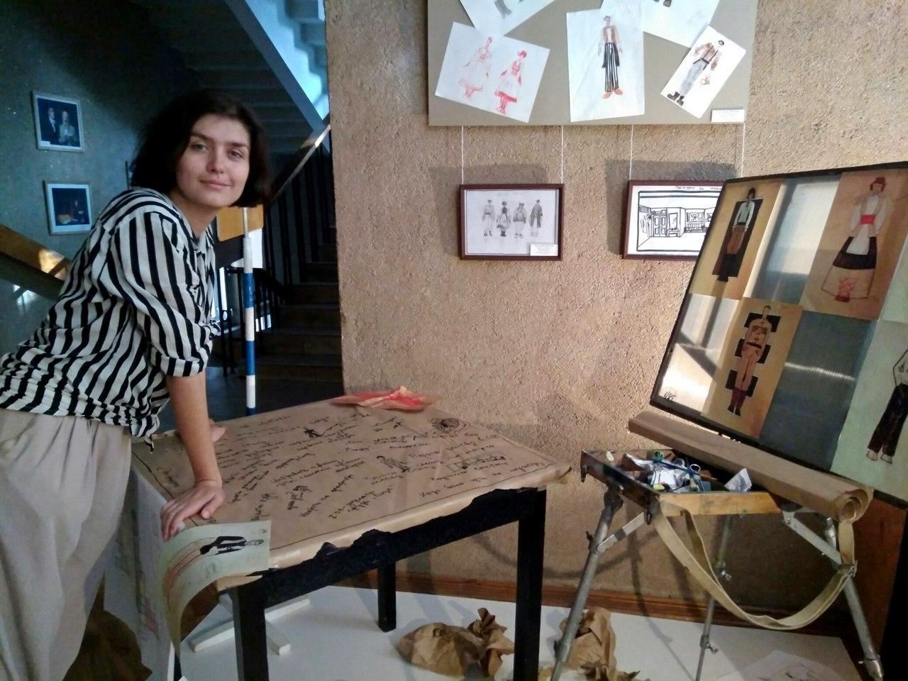 "Александра Макиева рядом с инсталляцией ""Муки художника"""