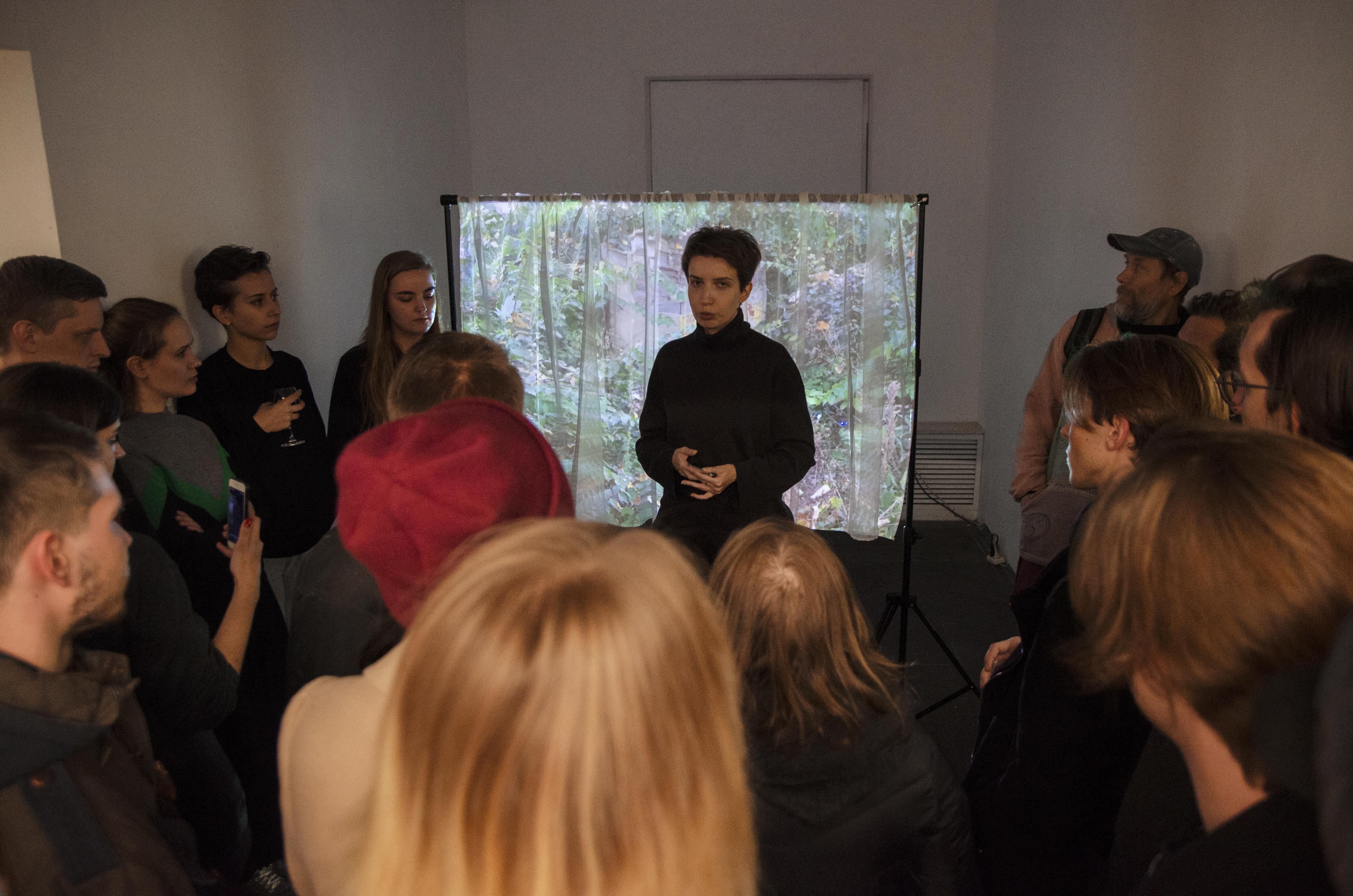 Куратор Татьяна Данилевская проводит экскурсию по выставке