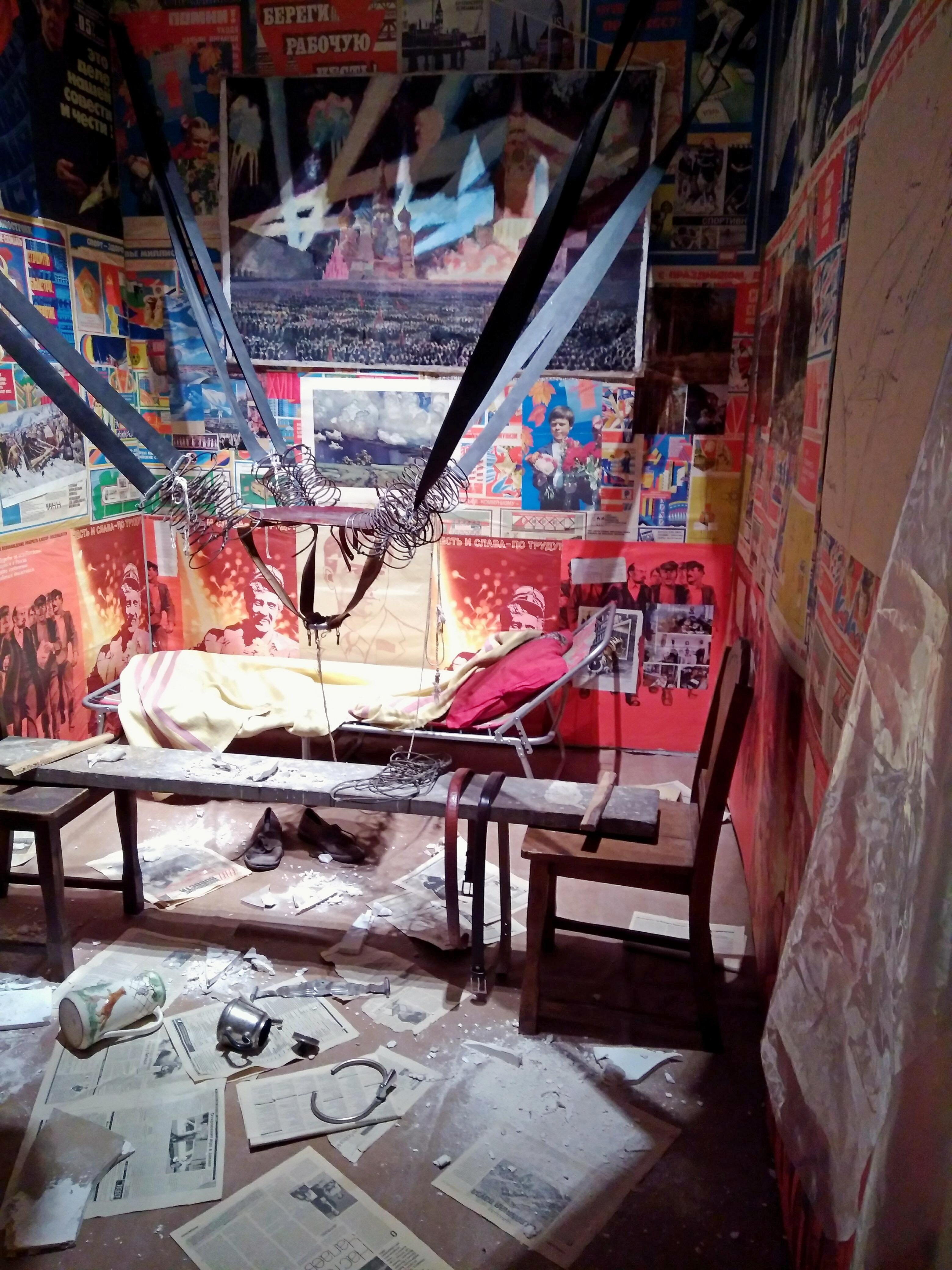 """Инсталляция Ильи Кабакова """"Человек, улетевший в космос из своей комнаты"""""""