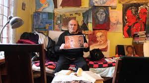 Аркадий Давидович на фоне картин Валентины Золотых