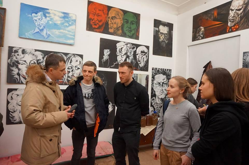 Куратор выставки Арсений Жиляев, на снимке третий слева (фото Сергея Горшкова)