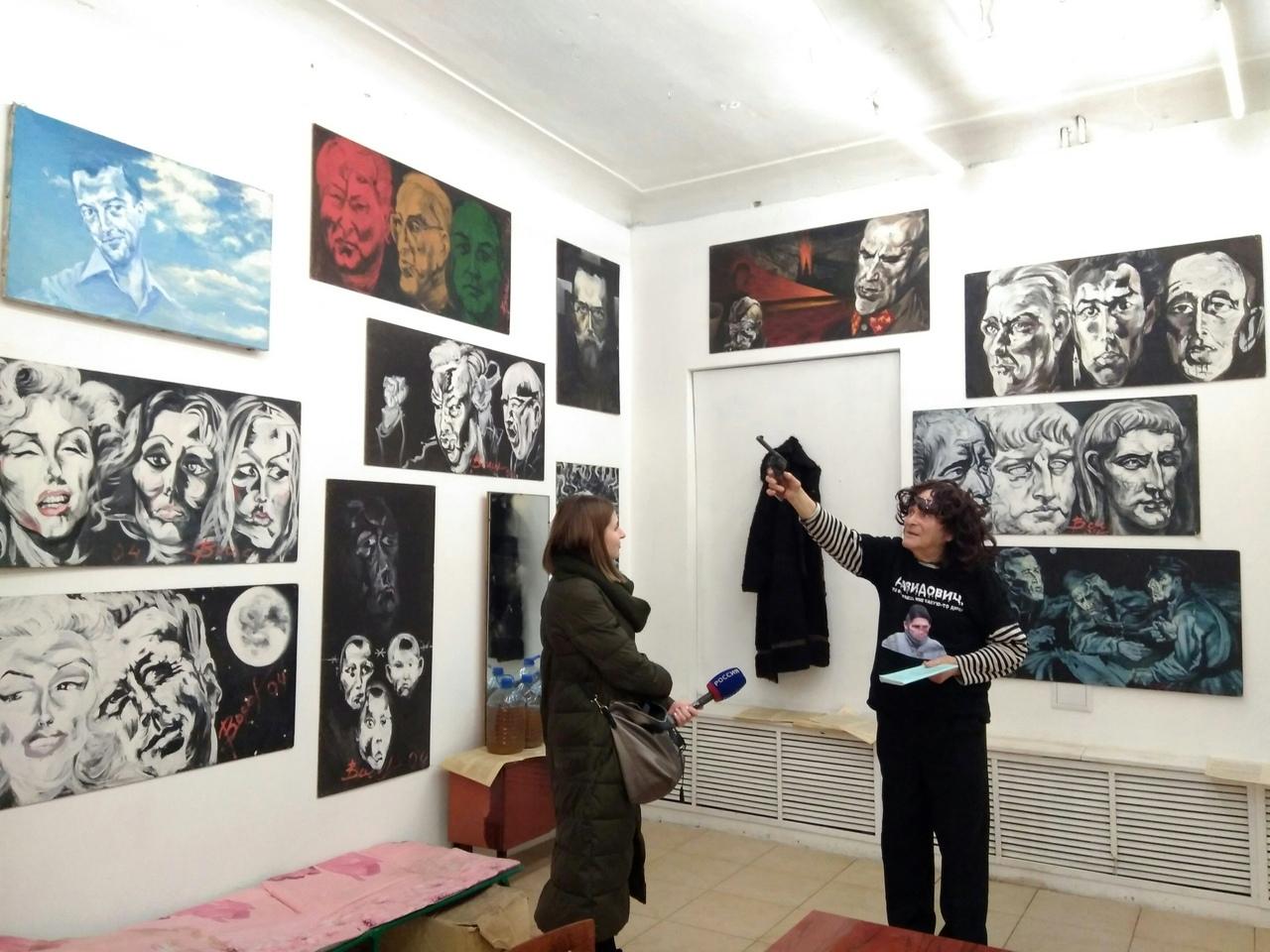 Аркадий Давидович на открытии выставки даёт интервью